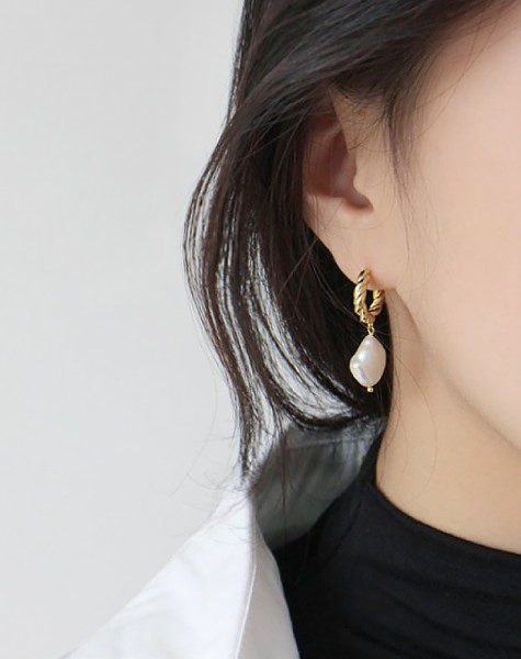 SOPHIA Gold Baroque Pearl Earrings